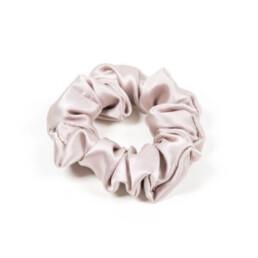 Błyszczaca jedwabna gumka do włosów midi w kolorze chłodnego beżu.