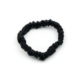 Czarna jedwabna gumka do włosów w rozmiarze mini. Delikatna i subtelna.