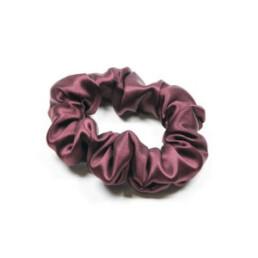 Jedwabna gumka do włosów w kolorze burgundu. Rozmiar midi.
