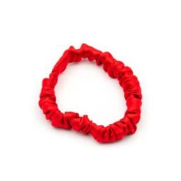 Elegancka, jedwabna gumka do włosów w kolorze intensywnej czerwieni i rozmiarze mini.