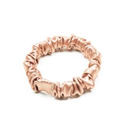 Jedwabna gumka do włosów w kolorze różowego złota i rozmiarze mini.